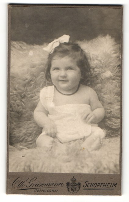 Fotografie Otto Grasemann, Schopfheim, Portrait lachendes kleines Mädchen mit Haarschleife und Halskette 0
