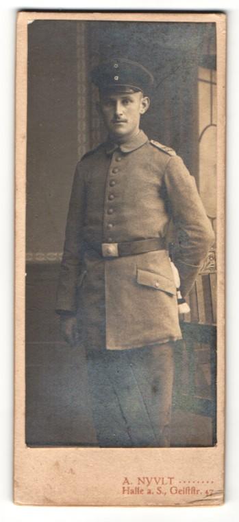 Fotografie A. Nyvlt, Halle a. S., Portrait stattlicher Soldat in eleganter Uniform 0