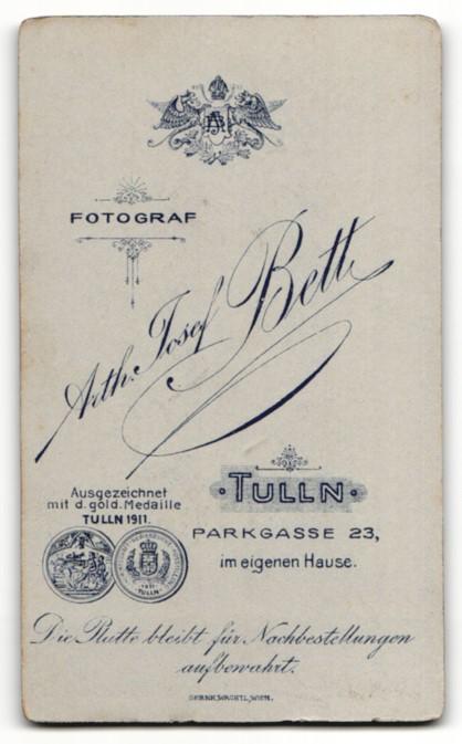 Fotografie Arth. Josef Beth, Portrait Tulln, Portrait frech grinsender Bube mit Reifen 1