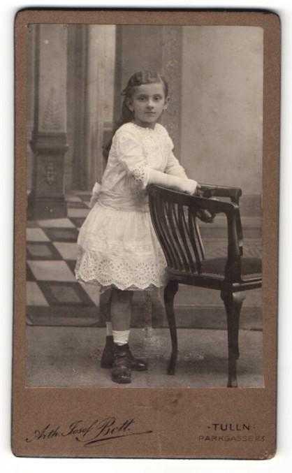 Fotografie Arth. Josef Beth, Tulln, Portrait bezauberndes Mädchen im weissen Kleid 0