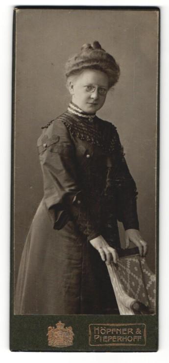 Fotografie Höpfner & Pieperhoff, Halle a. S., Portrait hübscge Dame mit Zwicker und Dutt 0