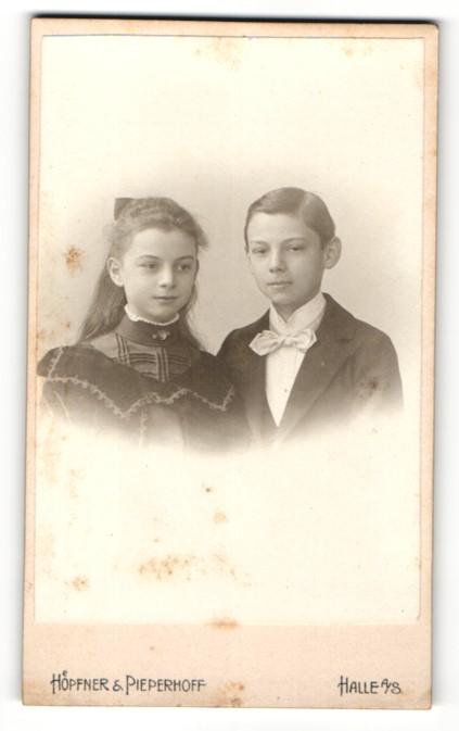 Fotografie Höpfner & Pieperhoff, Halle a. S., Portrait niedlches Kinderpaar in eleganter Kleidung 0