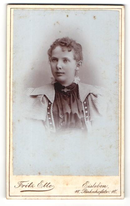 Fotografie Fritz Ette, Eisleben, Portrait bezauberndes Fräulein mit Brosche am Kragen 0