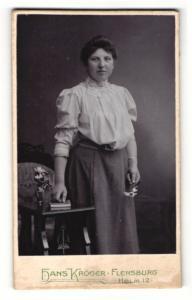 Fotografie Hans Kröger, Flensburg, Portrait schöne junge Frau in Bluse und Rock