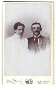 Fotografie Fritz Ette, Eisleben, Portrait elegant gekleidetes Paar