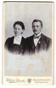 Fotografie Wilhelm Schwabe, Sangerhausen, Portrait elegant gekleidetes junges Paar