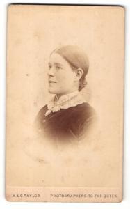 Fotografie A. & G. Taylor, London, Portrait Frau mit tiefem Dutt