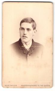 Fotografie A. & G. Taylor, London, Portrait Mann mit Seitenscheitel