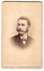 Fotografie A. & G. Taylor, London, Portrait Mann mit viel Haarwuchs