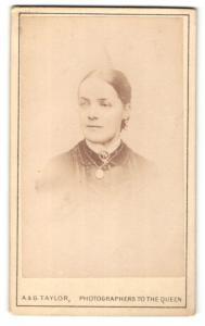 Fotografie A. & G. Taylor, London, Portrait Frau mit hellem Auge