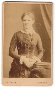 Fotografie H. T. Reed, London, Frau mit gefalteten Händen