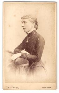Fotografie H. T. Reed, London, Frau über Lehne