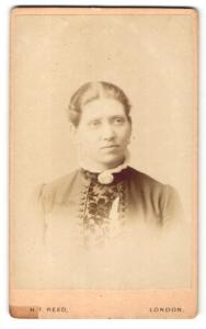 Fotografie H. T. Reed, London, Portrait Frau mit Blumenkorsage