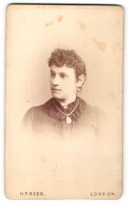 Fotografie H. T. Reed, London, Frau mit Perlenohrring