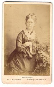 Fotografie Hills & Saunders, London, Frau mit gekreuzten Armen