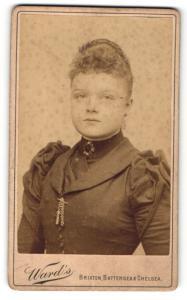 Fotografie Ward`s, London, Frau mit Brosche am Kragen