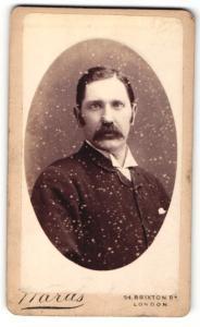 Fotografie Ward`s, London, Portrait Mann mit Seitenscheitel & Schnauzer