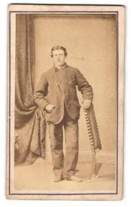 Fotografie I.Stevens, Holyhead, Mann an Stuhl
