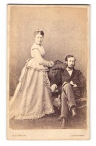 Fotografie A. F. Smith, Llandudno, Paar neben Sessel