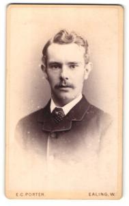 Fotografie E. C. Porter, Ealing W., Portrait Mann mit Welle im Haar