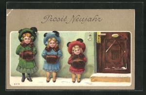 Präge-AK Mädchen mit Pelzmuff stehen an der Tür, Prosit Neujahr!