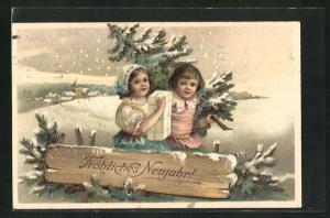 Präge-AK Kinder sind mit Tannenbaum und Geschenk unterwegs auf dem verschneiten Weg, Fröhliches Neujahr!