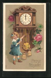 Präge-AK Mädchen steht um Mitternacht an der Uhr, Prosit Neujahr!