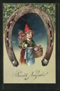 Präge-AK Mädchen mit Korb und Blumen wird von einem Hufeisen eingerahmt, Prosit Neujahr!