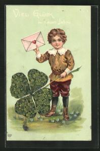 Präge-AK Junge mit Klee und Brief in der Hand, Viel Glück im neuen Jahre!