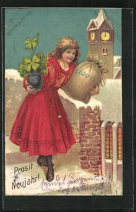 Präge-AK Mädchen hält einen Geldsack und Kleeblätter in den Händen, Prosit Neujahr