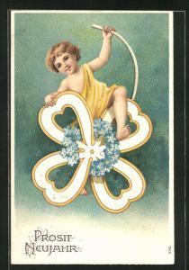 Präge-AK Junge mit Kleeblatt und blauen Blüten am Himmel, Prosit Neujahr