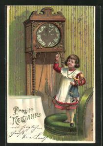 Präge-AK Mädchen steht auf dem Stuhl vor der Uhr, Prosit Neujahr