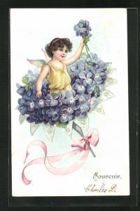Präge-AK Engel grüsst aus einem Strauss blauer Blüten heraus, Souvenir