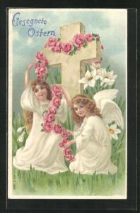Präge-AK Osterengel verzieren ein Kreuz mit rosa Rosen, Gesegnete Ostern!