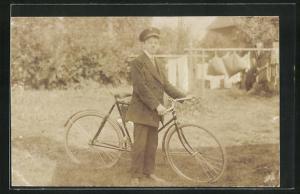 Foto-AK Knabe mit Fahrrad und Uniformmütze
