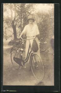Foto-AK Frau bricht zu einer Fahrradtour auf