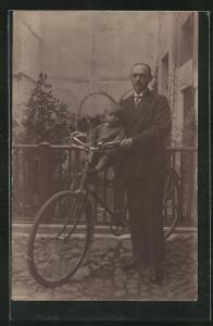 Foto-AK Vater bricht mit seinem Söhnchen zu einer Fahrradtour auf