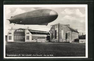 AK Friedrichshafen a. B., Luftschiff Graf Zeppelin über der Werft