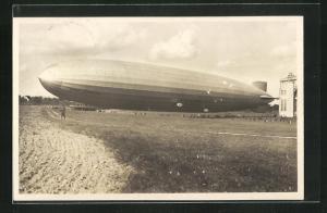 AK Luftschiff Graf Zeppelin beim Aushallen