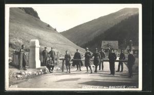 Foto-AK Grenzstein am Brenner, Fallbaum