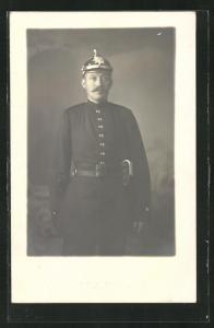 Foto-AK Feuerwehrmann mit Pickelhaube in Uniform