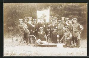 Foto-AK Soldaten in Uniformen mit Rotkreuzbinden und Fahrrädern