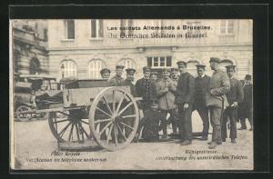 AK Die Deutschen Soldaten in Brüssel, Königsstrasse, Untersuchung des unterirdischen Telefon