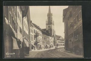Foto-AK Uznach, Strassenpartie mit Geschäften und Blick zur Kirche