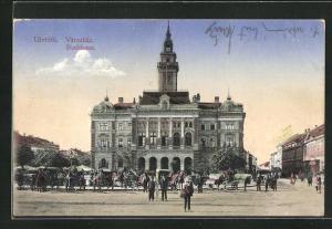 AK Ujvidek, Stadthaus mit Passanten und Pferdekutschen auf dem Vorplatz
