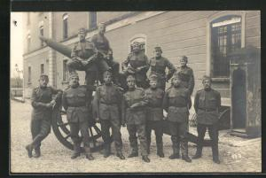 Foto-AK Niederuzwil, Gruppenbild von Soldaten an einem Artilleriegeschoss