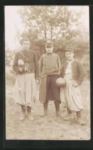 Foto-AK Kriegsgefangene Turkos und ihre Wache