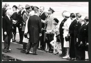 Fotografie Königin Elisabeth II. von England begrüsst Offizielle beim Besuch in Deutschland