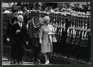 Fotografie Königin Elisabeth II. von England schreitet die Garde ab