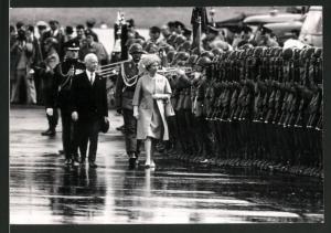 Fotografie Königin Elisabeth II. von England beim Staatsempfang mit militärischen Ehren